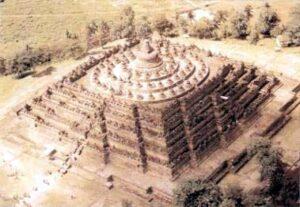 figura 105 - Stupa di Borobudur. Mandala architettonica piramidale. Jogijakarta, Java (Indonesia)