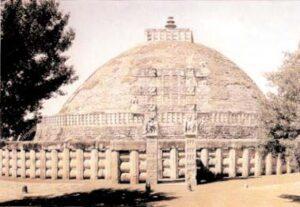 figura 106 - Grande Stupa di Sanchi, secolo III^ a.c. (India)