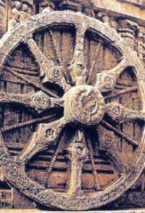 figura 35 - Una ruota del Carro del Sole. Tempio di Surya. Konarak. (India).