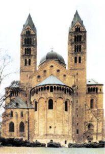figura 73 - Cattedrale di Espira: con la struttura cruciforme caratteristica del romanico, l'abside cilindrico è affiancato da due torri, le gallerie con archi completano l'edificio. (Germania)